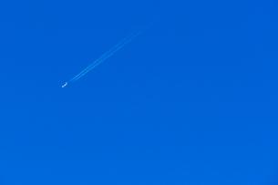 快晴の空と飛行機(コピースペース有り)の写真素材 [FYI04085949]