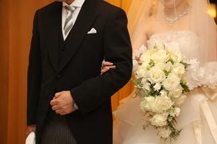父と花嫁の写真素材 [FYI04085959]