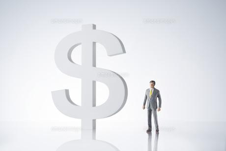 ビジネスマン ドル通過イメージの写真素材 [FYI04085982]