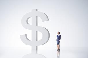 ビジネスマン女性 ドル通過イメージの写真素材 [FYI04085984]