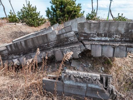 東日本大震災の被災地、宮城県仙台市荒浜地区に残っている住宅の跡。の写真素材 [FYI04086078]