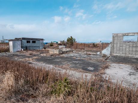 東日本大震災の被災地、宮城県仙台市荒浜地区に残っている住宅の跡。の写真素材 [FYI04086080]