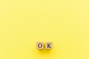 アルファベット テキスト 文字 英字 単語 スタンプ 素材 黄色の写真素材 [FYI04086354]