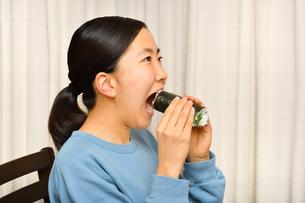恵方巻を食べる女の子(節分)の写真素材 [FYI04086765]