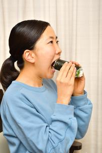 恵方巻を食べる女の子(節分)の写真素材 [FYI04086766]