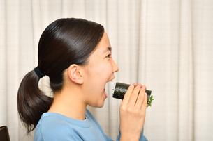 恵方巻を食べる女の子(節分)の写真素材 [FYI04086768]