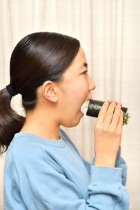 恵方巻を食べる女の子(節分)の写真素材 [FYI04086769]