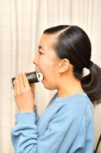 恵方巻を食べる女の子(節分)の写真素材 [FYI04086771]