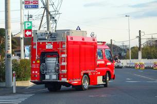 出動する消防車の写真素材 [FYI04086791]