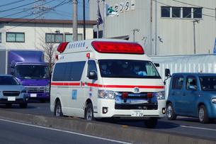 走行する救急車の写真素材 [FYI04086811]
