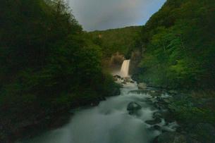 苗名滝の夜景の写真素材 [FYI04086937]