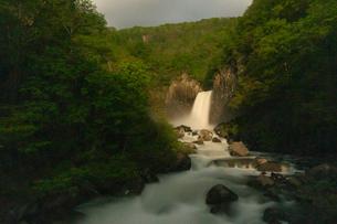 苗名滝の夜景の写真素材 [FYI04086938]