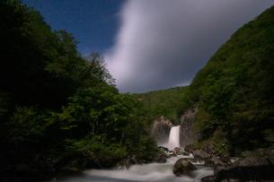 苗名滝の夜景の写真素材 [FYI04086942]