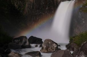苗名滝の夜景とムーンボウの写真素材 [FYI04086943]