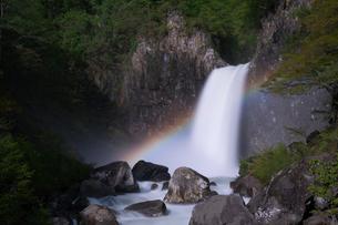 苗名滝の夜景とムーンボウの写真素材 [FYI04086944]