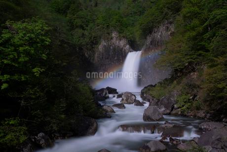 苗名滝の夜景とムーンボウの写真素材 [FYI04086945]