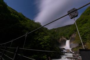 苗名滝の夜景とムーンボウの写真素材 [FYI04086946]