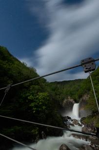 苗名滝の夜景とムーンボウの写真素材 [FYI04086947]