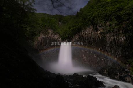 苗名滝の夜景とムーンボウの写真素材 [FYI04086948]