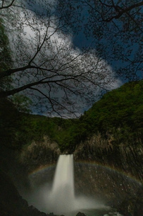 苗名滝の夜景とムーンボウの写真素材 [FYI04086951]