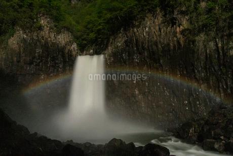 苗名滝の夜景とムーンボウの写真素材 [FYI04086952]