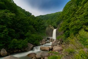 苗名滝の夜景の写真素材 [FYI04086990]