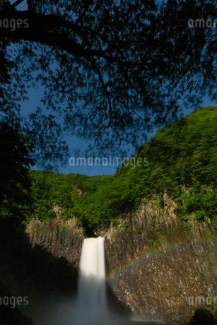 苗名滝の夜景とムーンボウの写真素材 [FYI04086992]