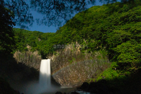 苗名滝の夜景とムーンボウの写真素材 [FYI04086993]