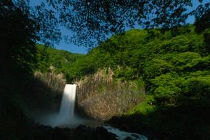 苗名滝とムーンボウの写真素材 [FYI04086995]