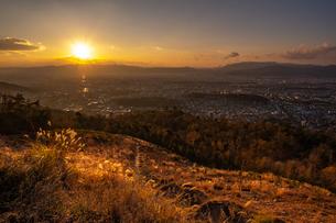 銀閣山からみる夕暮れが差し込む京都の全景の写真素材 [FYI04087002]