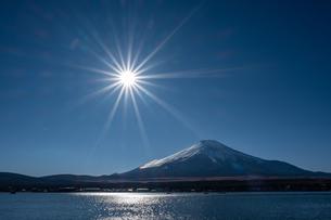 山梨県 山中湖から見る富士山の自然風景の写真素材 [FYI04087003]