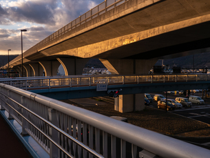 夕暮れの太陽光を反射する高速道路の様子の写真素材 [FYI04087004]