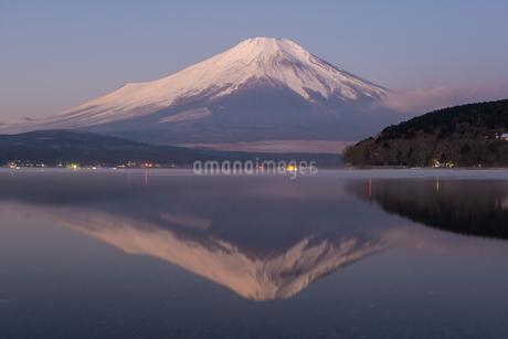 山中湖から見る明け方の冬の富士山の様子 山梨県の写真素材 [FYI04087005]