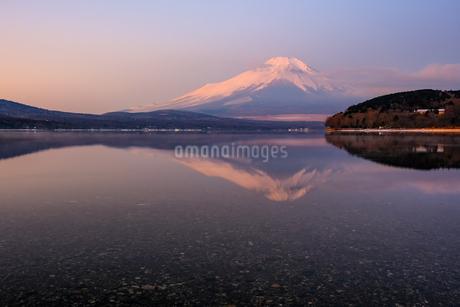 山中湖から見る明け方の冬の富士山の様子 山梨県の写真素材 [FYI04087007]