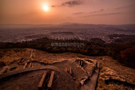銀閣山からみる夕暮れが差し込む京都の全景の写真素材 [FYI04087023]
