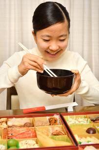 おせち料理を食べる女の子(正月)の写真素材 [FYI04087149]