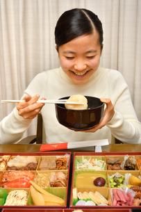 おせち料理を食べる女の子(正月)の写真素材 [FYI04087150]