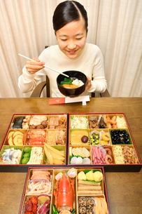 おせち料理を食べる女の子(正月)の写真素材 [FYI04087153]