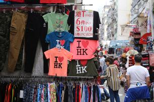 香港・旺角(モンコック/Mong Kok)の通菜街(通称女人街)で売られる香港土産のシャツや小物の写真素材 [FYI04087237]