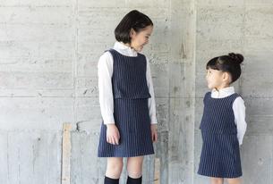 向き合う日本人姉妹の写真素材 [FYI04087250]