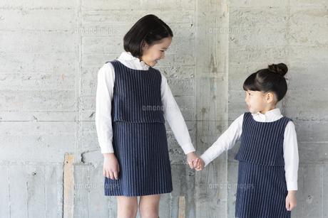 向き合う日本人姉妹の写真素材 [FYI04087251]