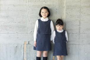 笑顔の日本人姉妹の写真素材 [FYI04087252]