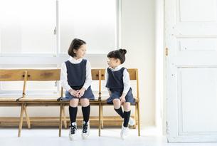向き合う日本人姉妹の写真素材 [FYI04087253]