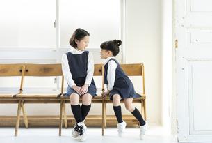向き合う日本人姉妹の写真素材 [FYI04087254]