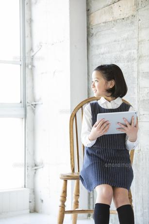 iPadを持つ日本人女の子の写真素材 [FYI04087256]