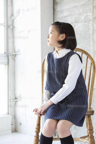 遠くを見る日本人女の子の写真素材 [FYI04087257]