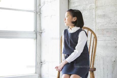 遠くを見る日本人女の子の写真素材 [FYI04087258]