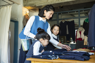 買い物中の日本人親子の写真素材 [FYI04087259]