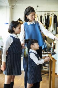 買い物中の日本人親子の写真素材 [FYI04087260]