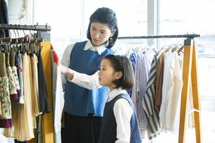 買い物中の日本人親子の写真素材 [FYI04087261]